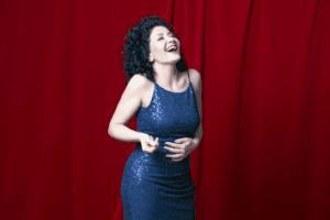 Sängerin Simi Barazi mit Big Band