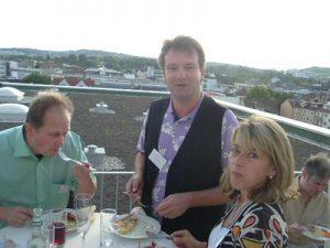 Sonniges Networken bei der Einweihung des neuen Headquarters Essen über den Dächern Stuttgarts